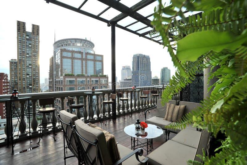 在屋顶的咖啡馆 免版税库存照片
