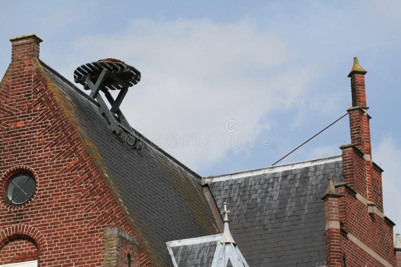 在屋顶的屈伦博赫空的鹳巢 免版税库存图片