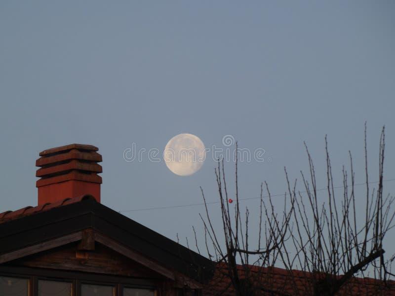 在屋顶的月亮 免版税图库摄影