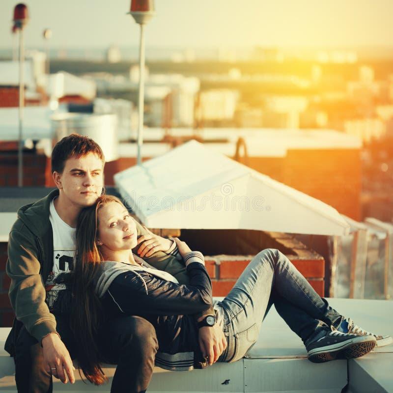 在屋顶的浪漫日期 免版税库存照片