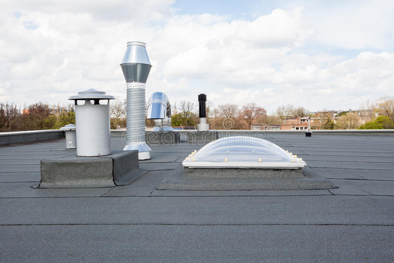 Download 在屋顶的烟囱 库存图片. 图片 包括有 透气, 城市, 布琼布拉, 污染, 拱道, 顶层, 出气孔, 航空 - 72368049