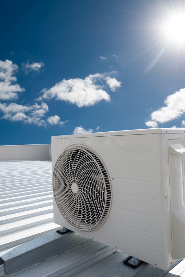 在屋顶的白色空调装置 库存图片