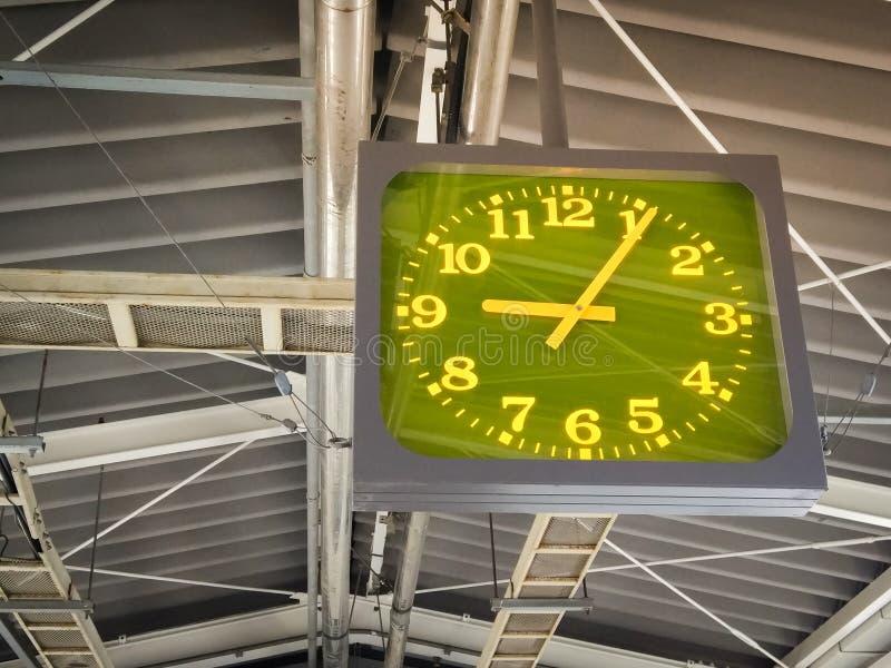 在屋顶的绿色聚焦时钟吊在火车站在日本 库存图片