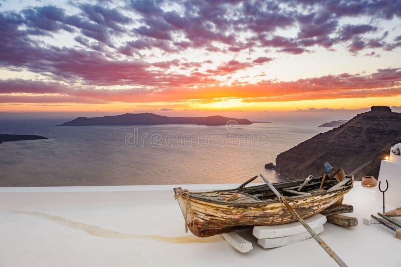 在屋顶的老木小船在Firostefani,圣托里尼海岛,希腊 库存照片