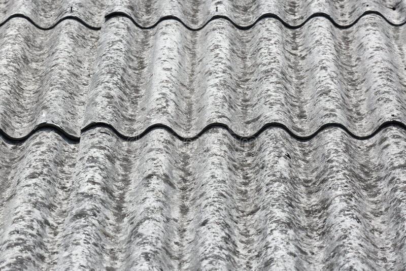 在屋顶的致癌石棉瓦片 免版税库存照片