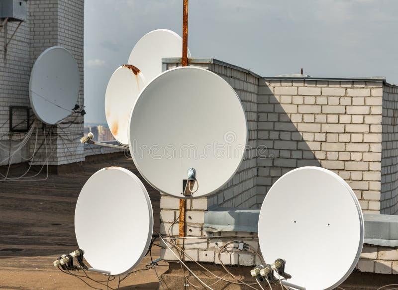 在屋顶的许多卫星盘 免版税库存照片