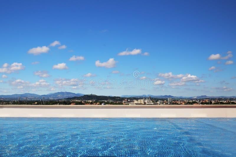 在屋顶的豪华游泳池 与云彩的蓝天和山在背景环境美化 地区莫斯科一幅全景 夏天旅行和vaca 免版税图库摄影