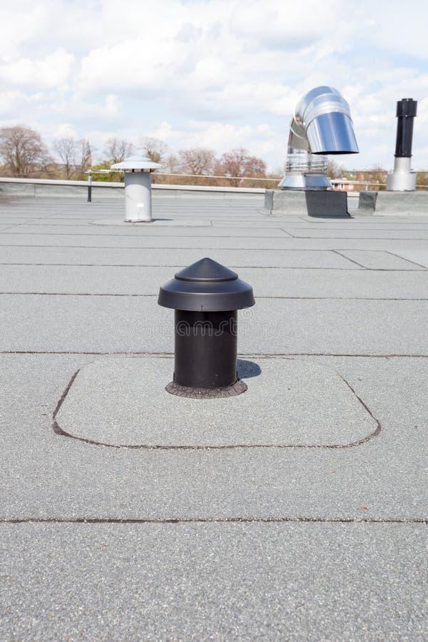 Download 在屋顶的透气 库存照片. 图片 包括有 出气孔, 室外, 天空, 控制, 工程, 空间, 管道, 效率, 透气 - 72367746