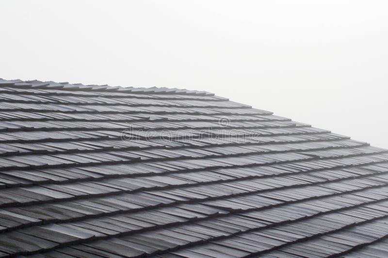 在屋顶的震动木瓦在雾 免版税库存照片