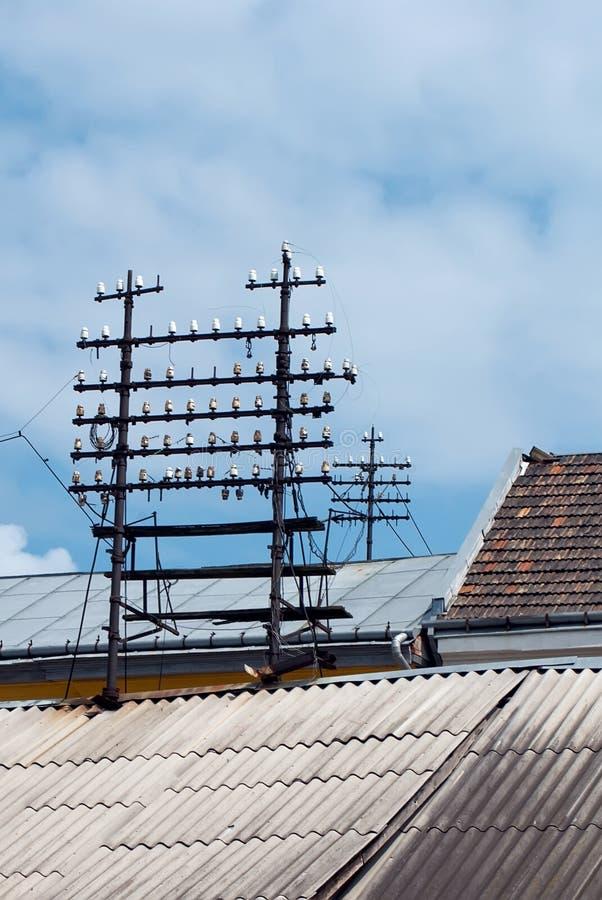 在屋顶的馈电线 免版税库存图片