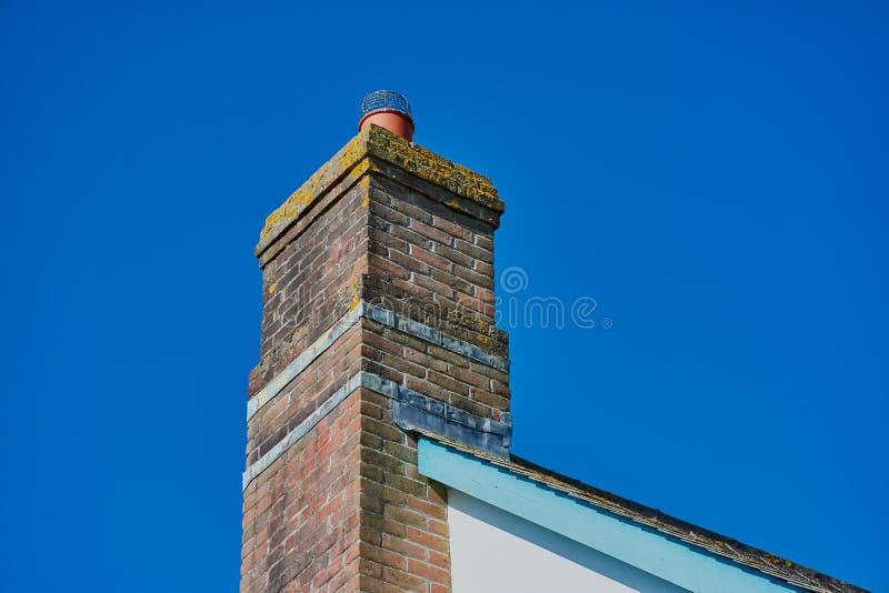 在屋顶的Brickwall烟囱在北部康沃尔郡 免版税库存图片