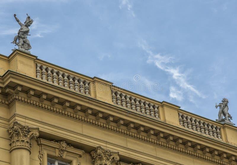 在屋顶老大厦的装饰 免版税库存照片
