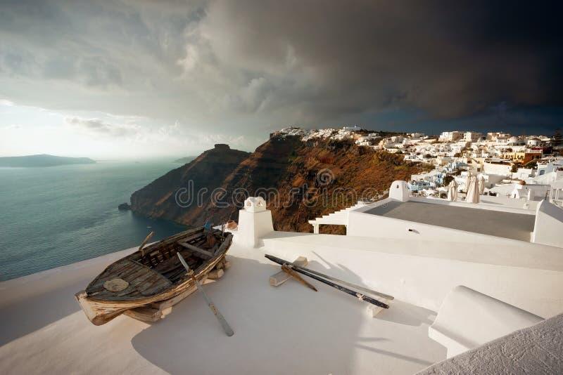 在屋顶,圣托里尼的老小船 免版税库存图片
