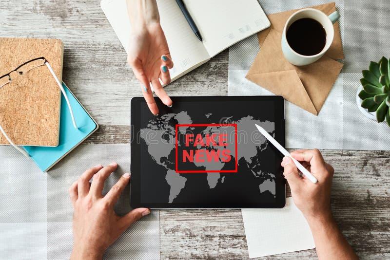 在屏幕上的假新闻标志 宣传和假情报 媒介和互联网概念 免版税库存图片