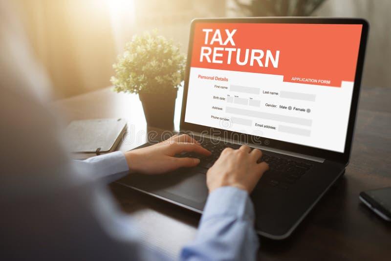在屏幕上的网上纳税申报应用 企业和财务概念 库存图片