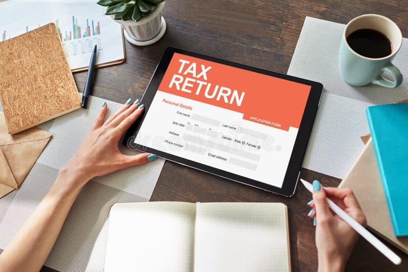 在屏幕上的网上纳税申报应用 企业和财务概念 免版税库存图片