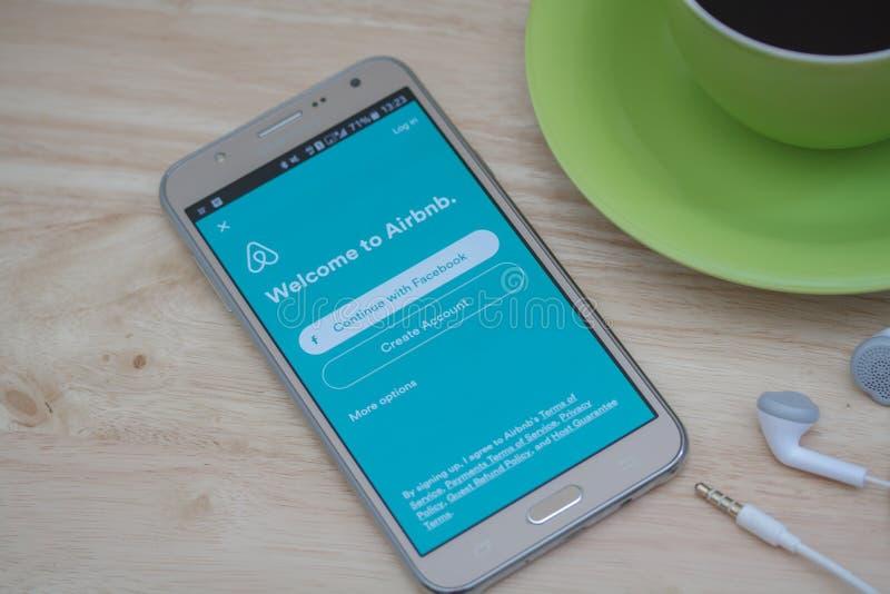 在屏幕上的Moblie电话开放Airbnb应用 Airbnb是租赁的人的一个网站能列出,发现和寄宿 库存照片