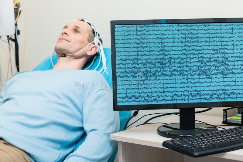 在屏幕上被显示的年轻人脑波  图库摄影