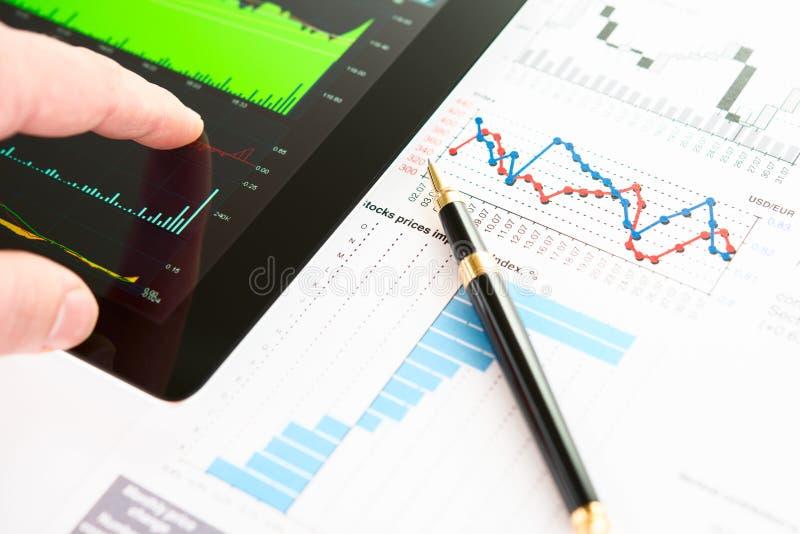在屏幕片剂个人计算机的现有量有企业信息的 图库摄影