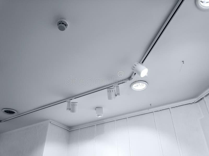 在展览馆的明亮的聚光灯 卤素光行  免版税库存照片