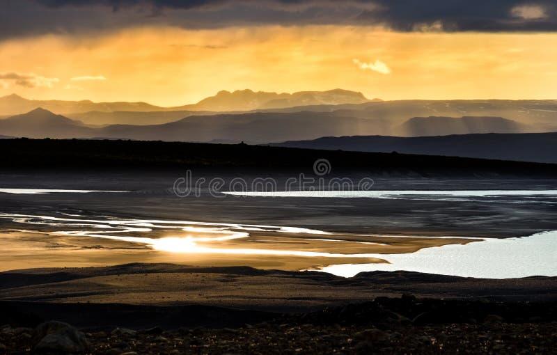 在山、河和湖的五颜六色的日落 美妙的视图 冰岛 免版税库存图片