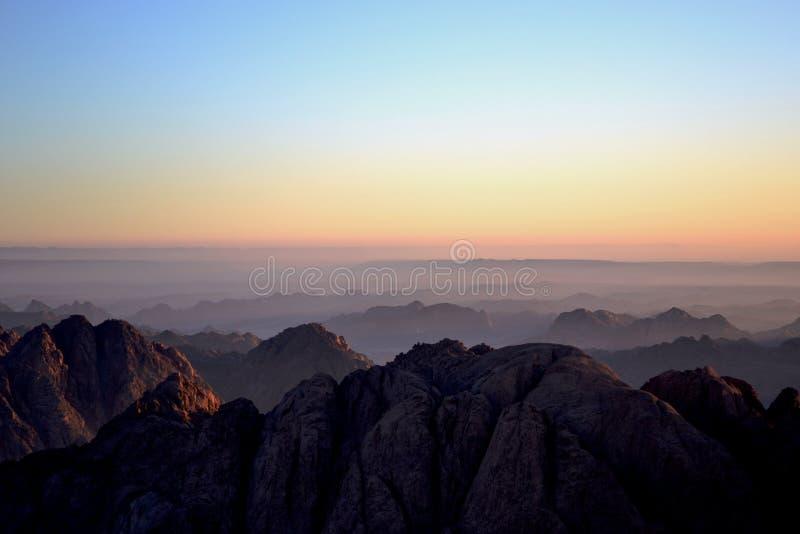 在山上的早晨雾 免版税库存图片