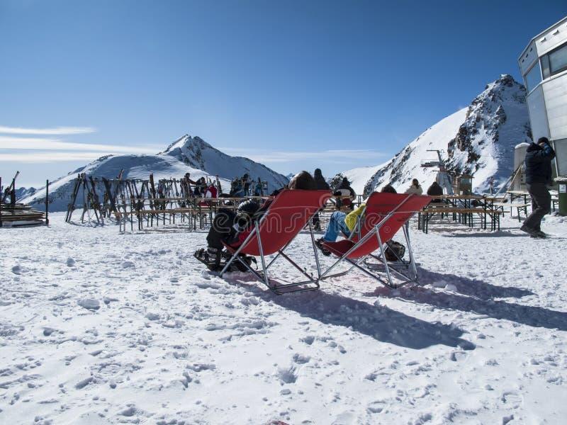 在山上面的太阳浴在冬时奥地利阿尔卑斯提洛尔 库存图片