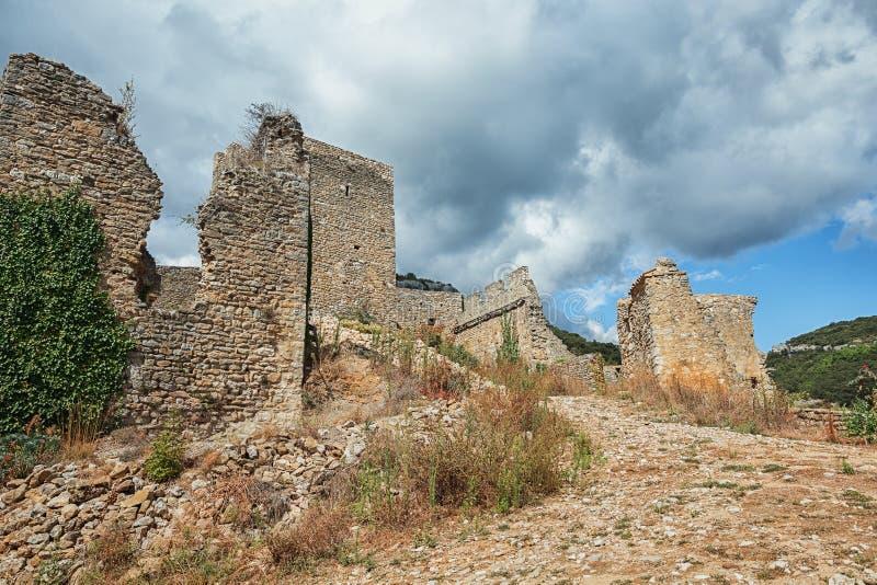 在山上面的废墟在圣徒montan法国村庄