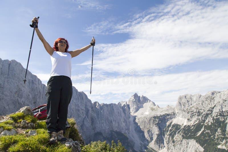 在山上面的愉快的妇女 图库摄影