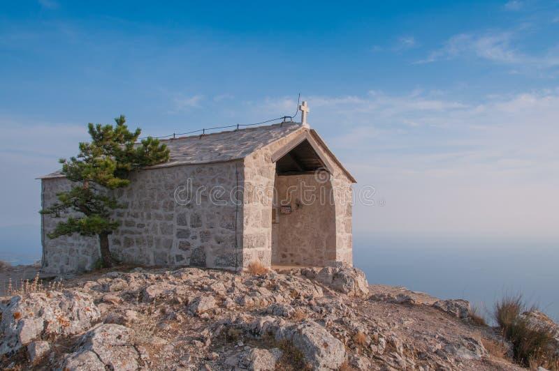 在山上面的教堂  免版税库存图片