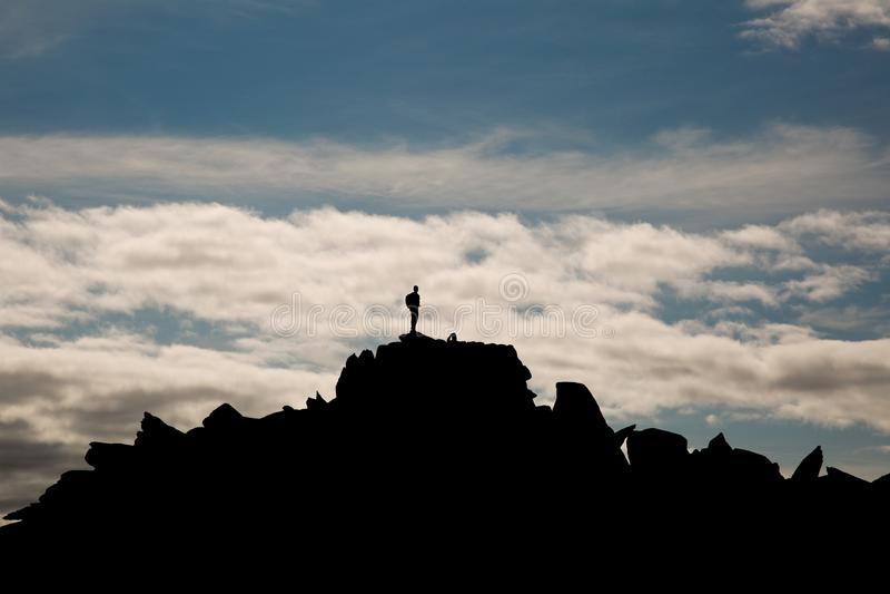 在山上面的登山人在Snowdonia威尔士 库存照片