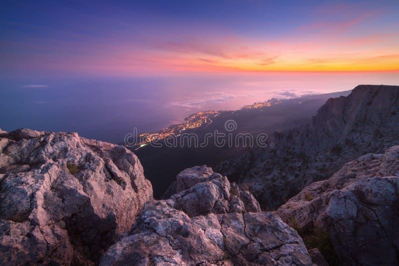 在山上面的美好的风景与五颜六色的天空的 库存照片