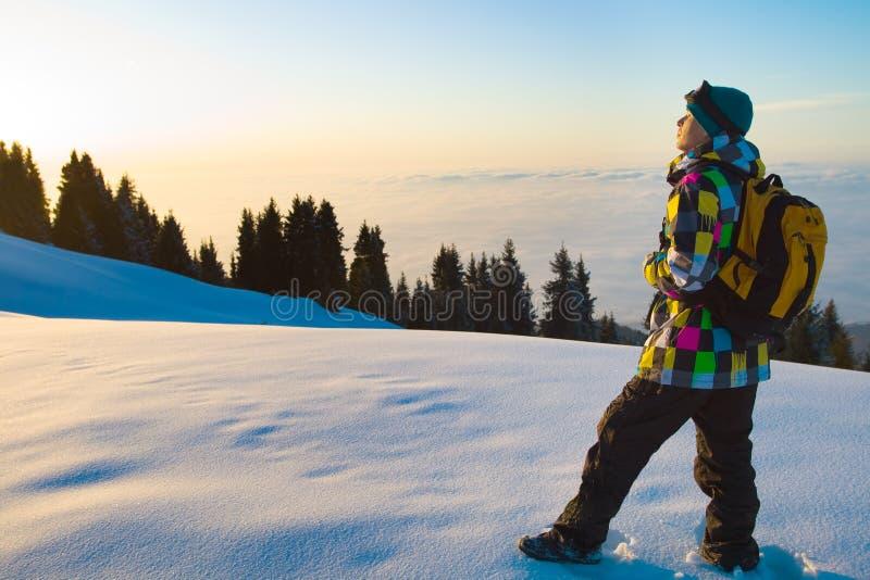 在山上面的年轻运动员  免版税库存图片