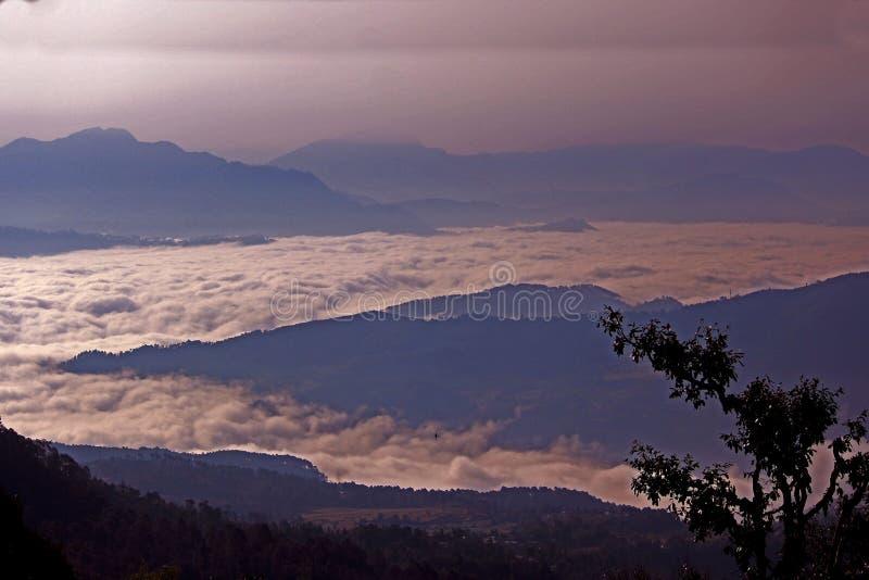 在山下的云彩 库存图片