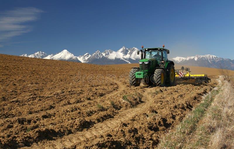 在山下的拖拉机 免版税图库摄影