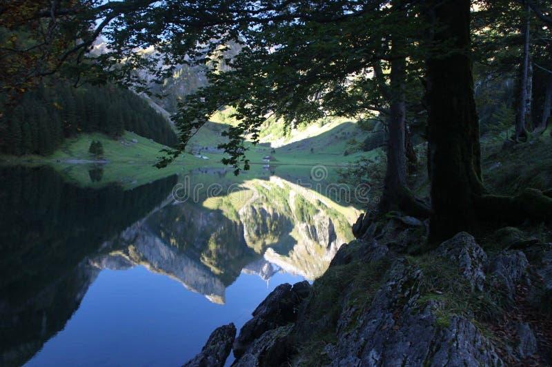 在山下的湖 免版税库存照片