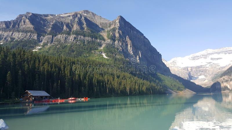 在山下的独木舟客舱 库存图片