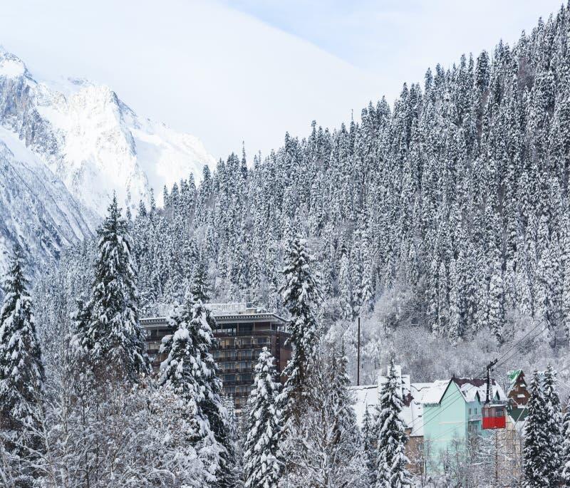 在山下的红色空中览绳对村庄 旅馆在圣Karachai,d的山上面顶视图  117,在一个多雪的冷杉森林里 免版税图库摄影