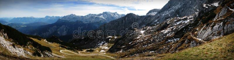 在山下的道路 免版税库存图片