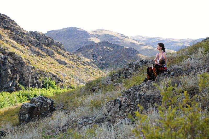 在山中的妇女哺养的婴孩 免版税图库摄影