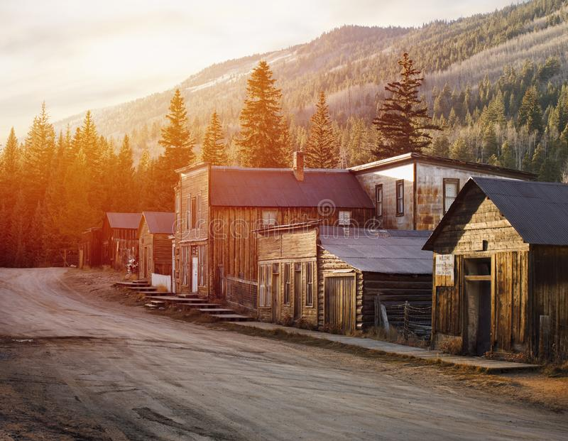 在山中间的圣Elmo老西部鬼城 免版税库存照片