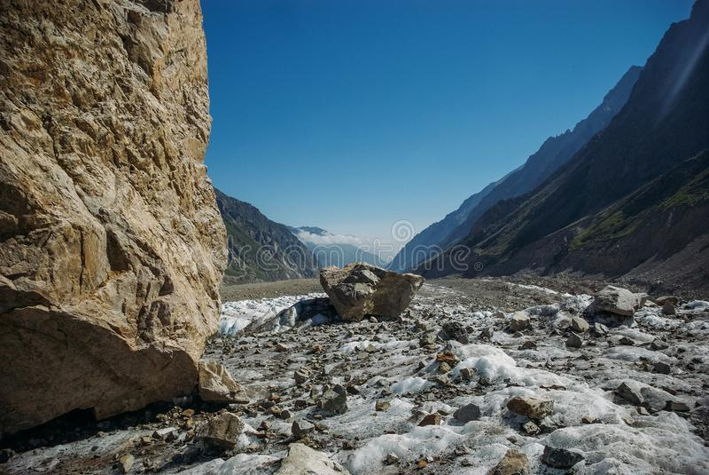 在山之间的惊人的多雪的谷,俄罗斯联邦,高加索, 免版税库存照片