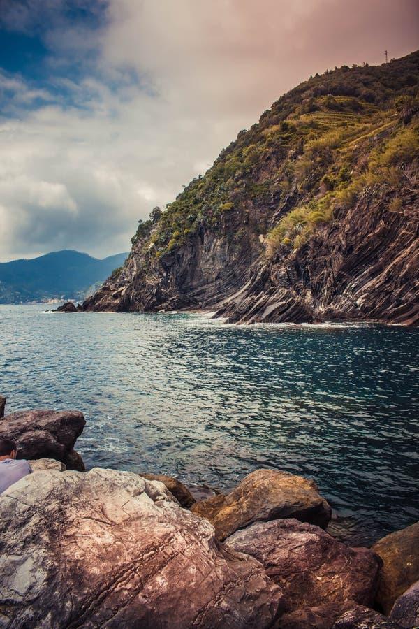 在山之间的海 从意大利的北部的透明的水 库存照片