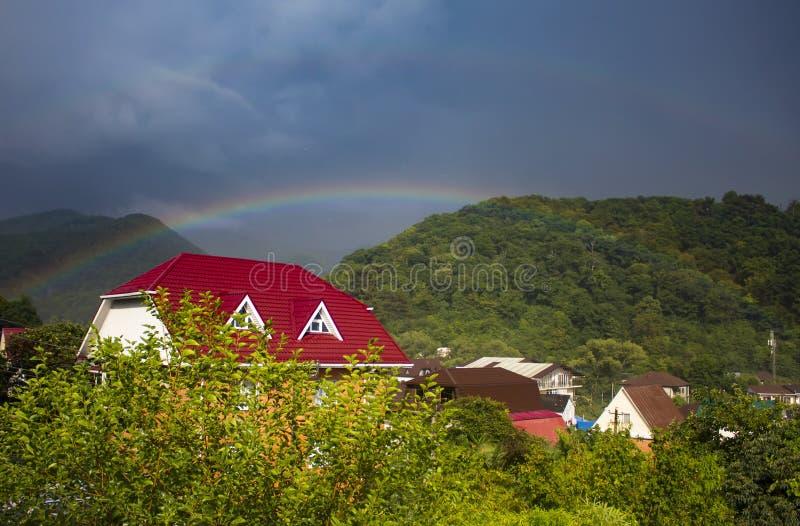在山住房的彩虹 免版税图库摄影