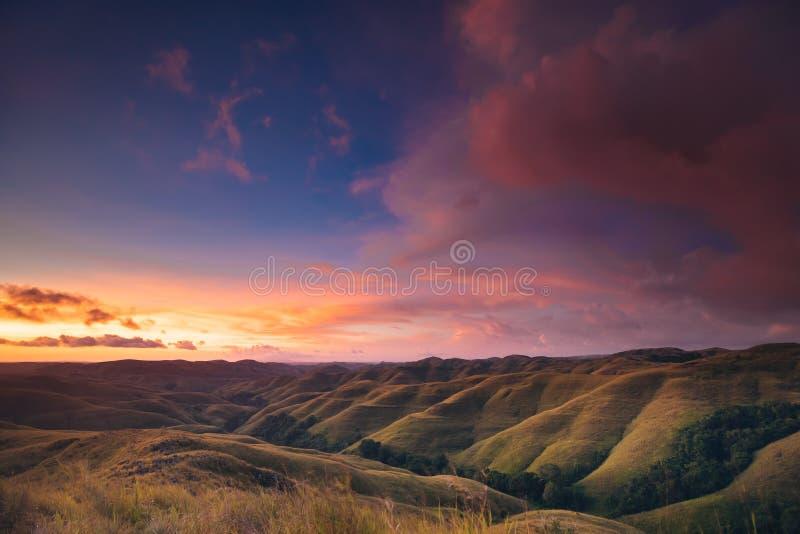 在山全景的五颜六色的日落天空 免版税库存照片