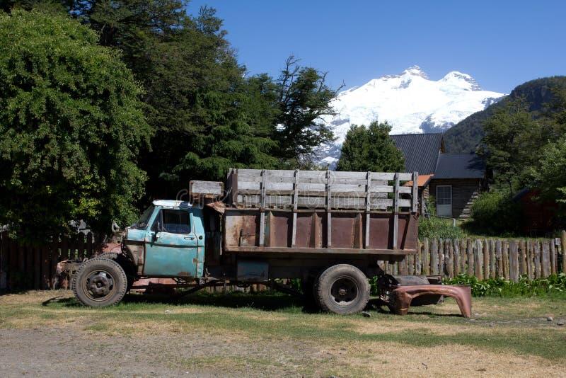 在山前面的老卡车 在圣汽车远足冒险 库存照片