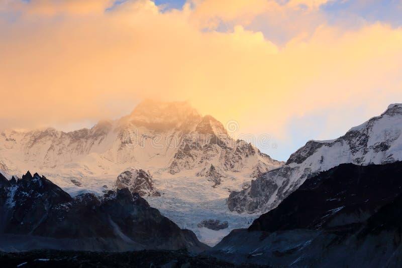 在山卓奥友峰,喜马拉雅山,尼泊尔的日出 库存图片