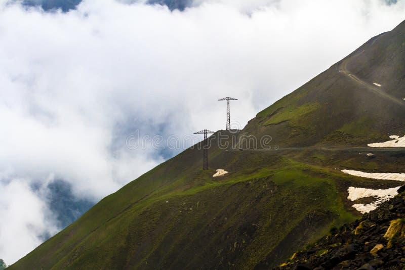 在山口阿巴诺的危险蜒蜒路2926 m 乔治亚,Tusheti 库存图片