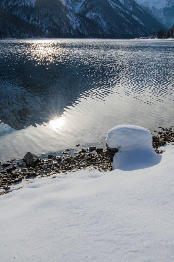 在山口lake lago在降雪和晴朗的天气,朱利安阿尔卑斯,意大利的del predil的美妙的冬天风景 库存照片