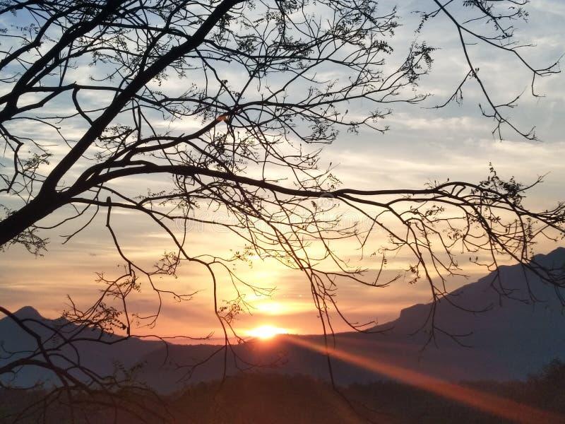 在山后的第一束光束 免版税图库摄影